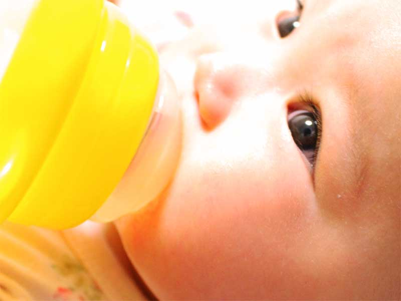 スパウトマグでミルクを飲んでる赤ちゃん