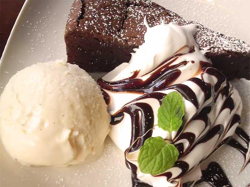 チョコレートケーキとアイスクリーム