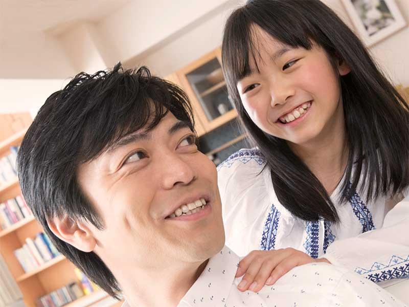 父親の肩を揉む女の子