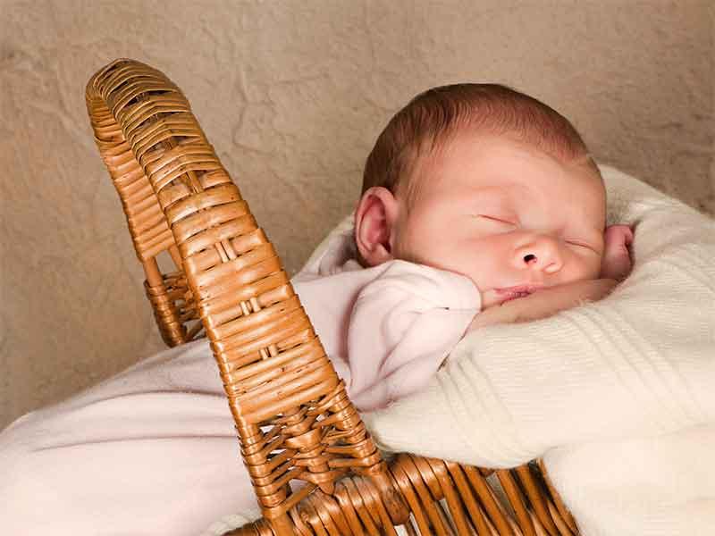 クーファンで寝ている赤ちゃん
