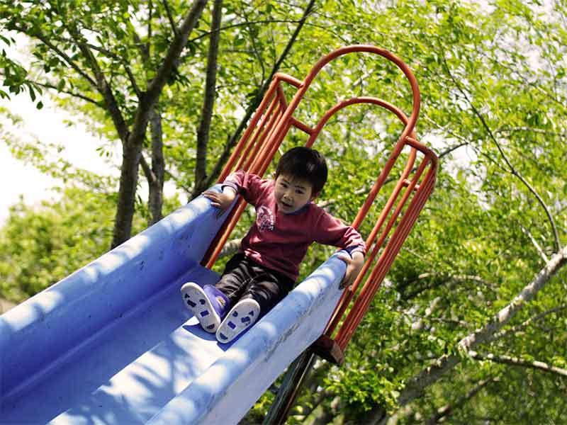 滑り台で遊んでる男の子
