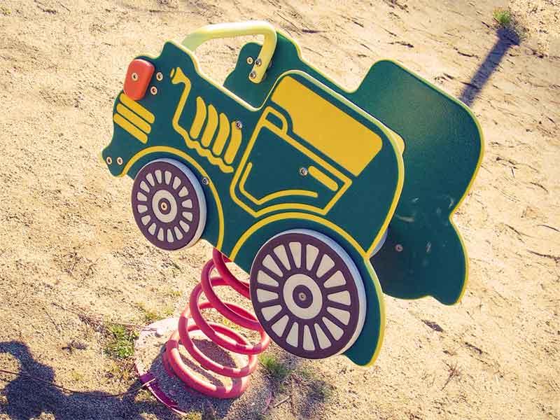 バネ付きの電車の遊具