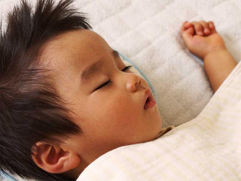 1人で寝てる男の子