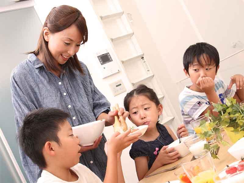 3兄弟と母親での朝食