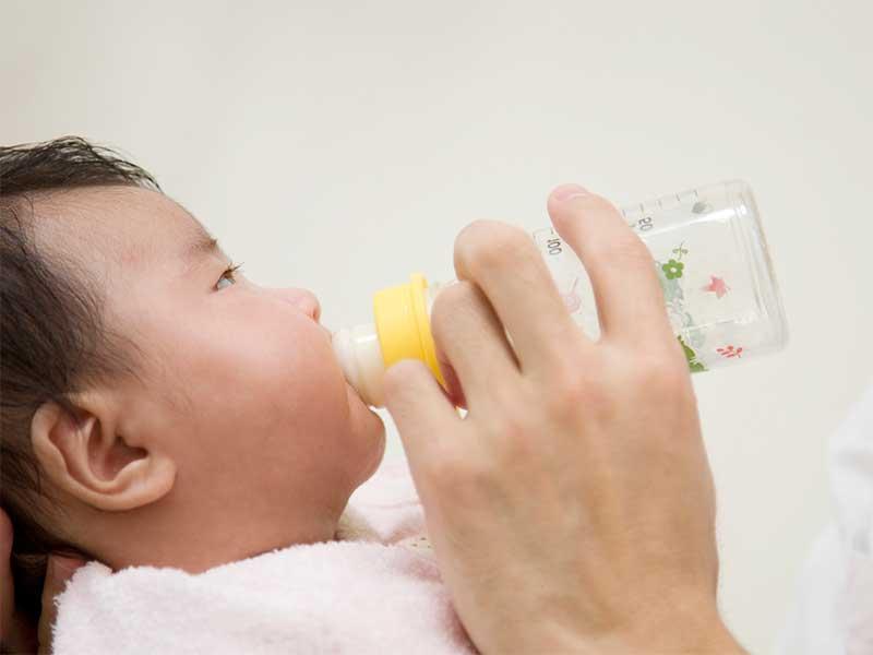 哺乳瓶でミルクを飲んでる赤ちゃん