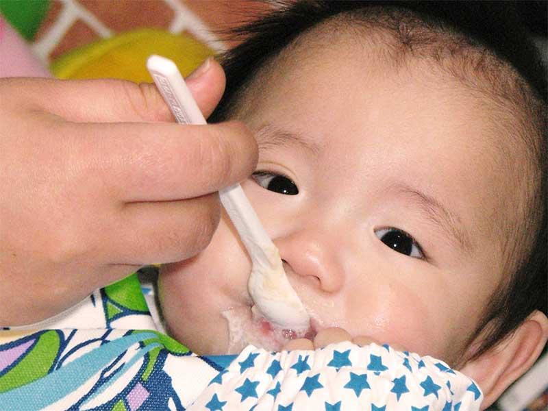 離乳食を食べてる赤ちゃん