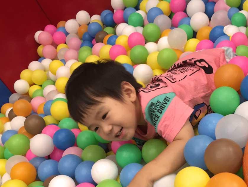 キッズスペースのボールゾーンで遊んでる子供