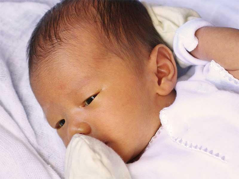 ミトンをつけてる赤ちゃん