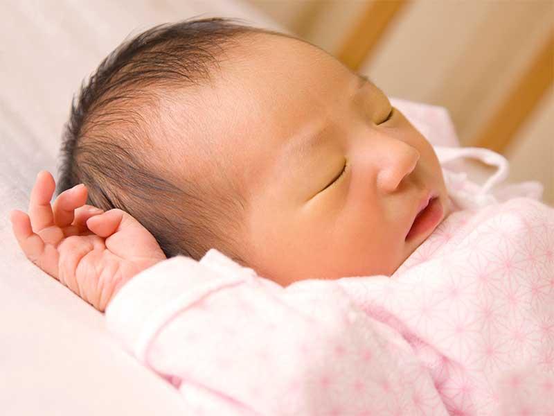 ベビーベッドで寝てる赤ちゃん