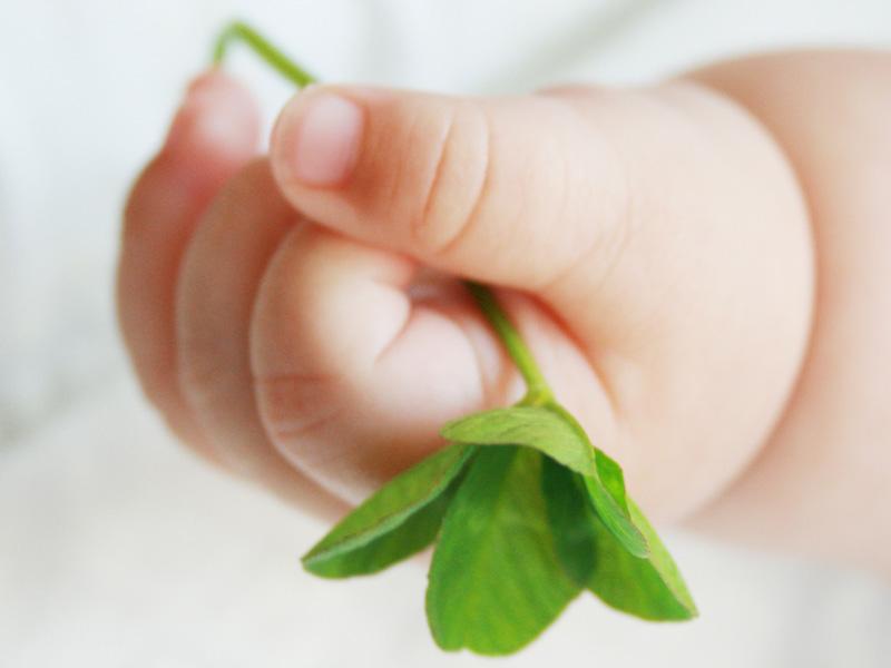 手を握ってる赤ちゃん