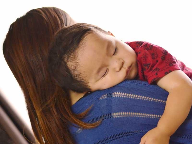 髪を染めたママに抱っこされてる赤ちゃん