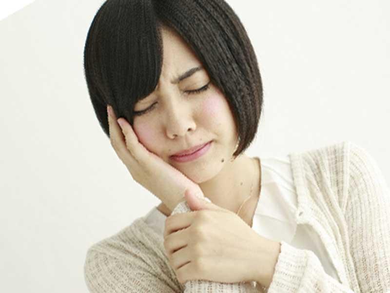 歯が痛がっている女性