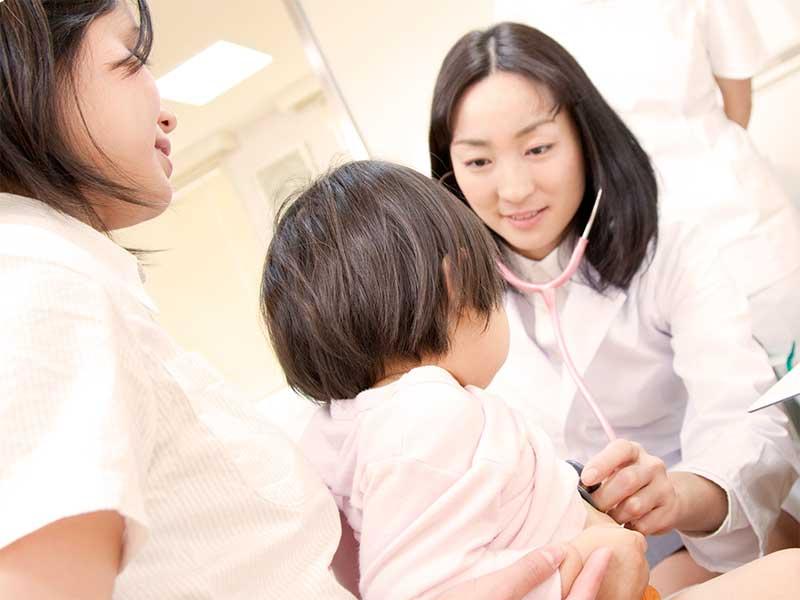 小児科で診察を受けてる子供