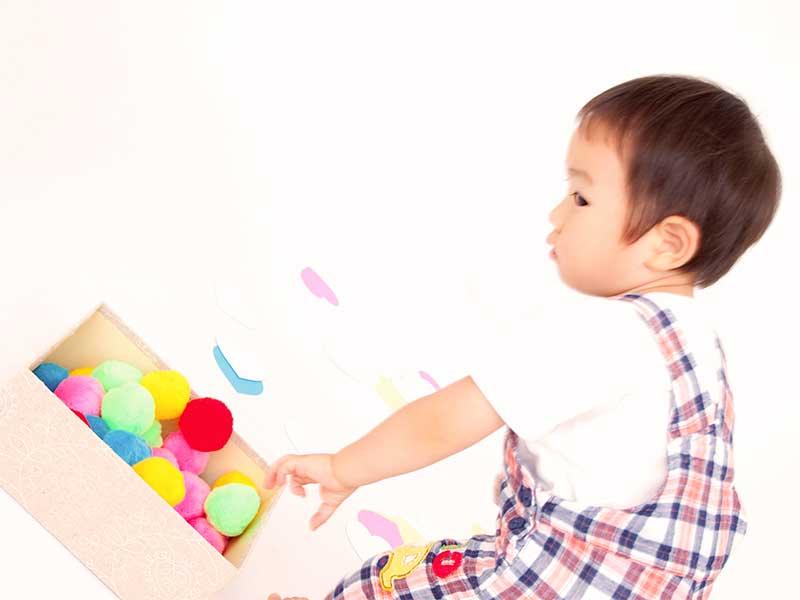 玩具を片付けてる子供