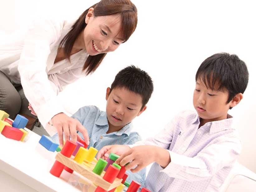 母親と一緒にブロックで遊んでる子供たち