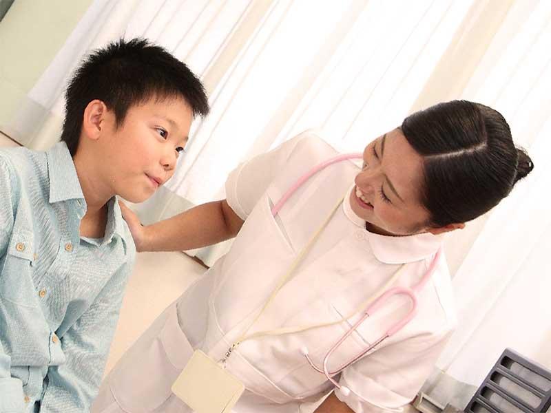 病院でカウンセリングを受けてる男の子