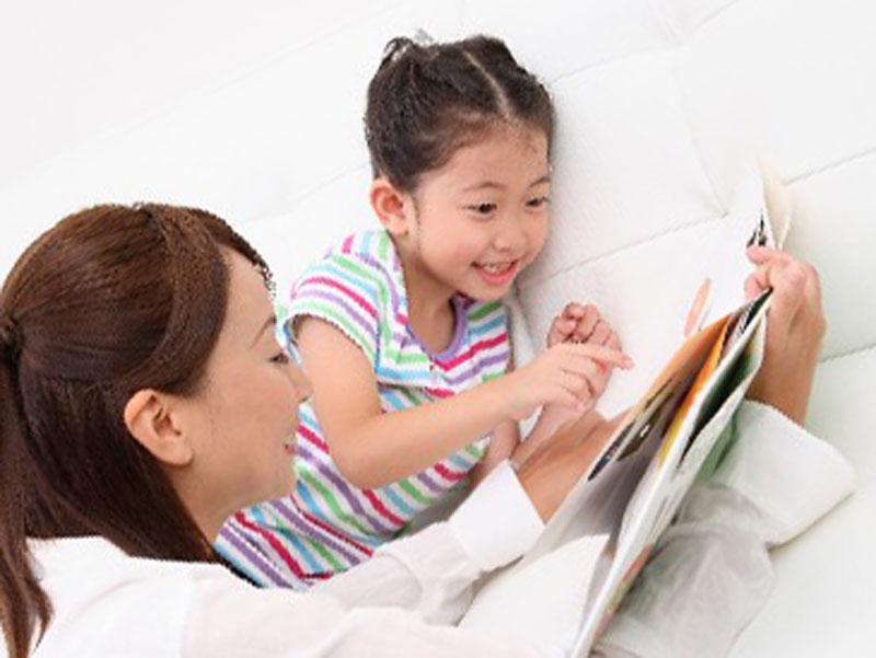 絵本を読んでいる親子