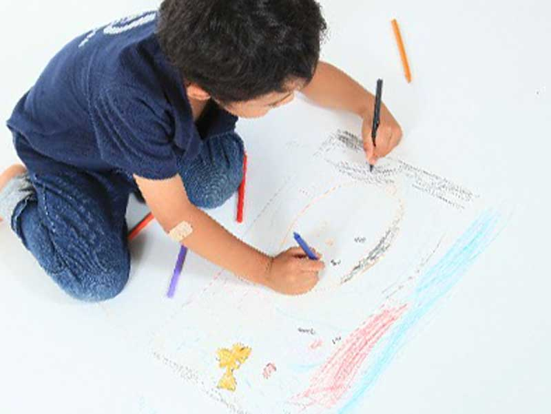 絵を書いてる男の子