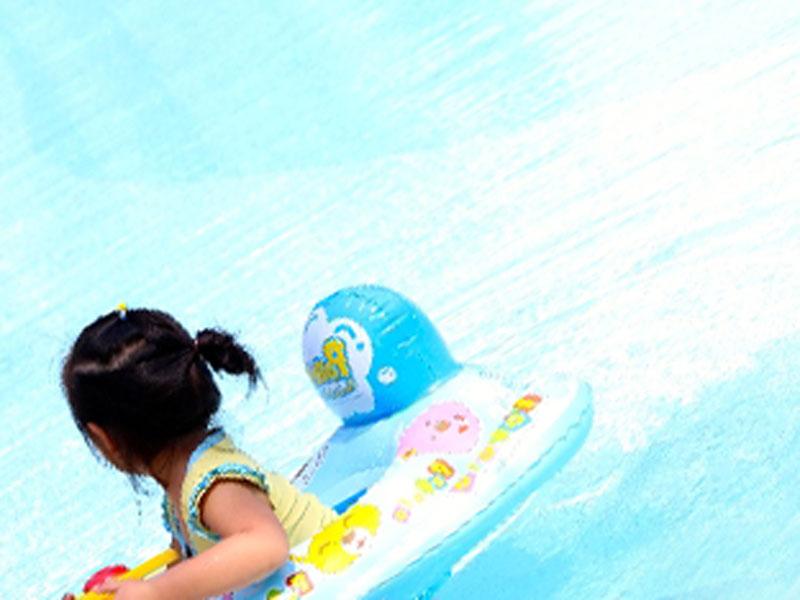 女の子がプールで遊んでいる