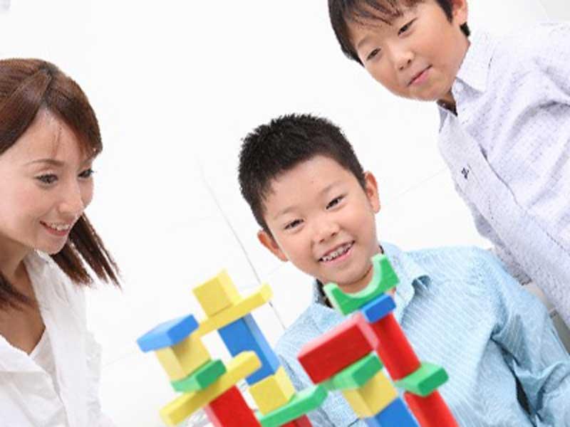親子三人家でゲーム遊び