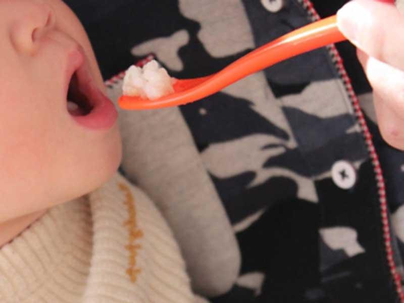 離乳食を少しずつ食べている赤ちゃん