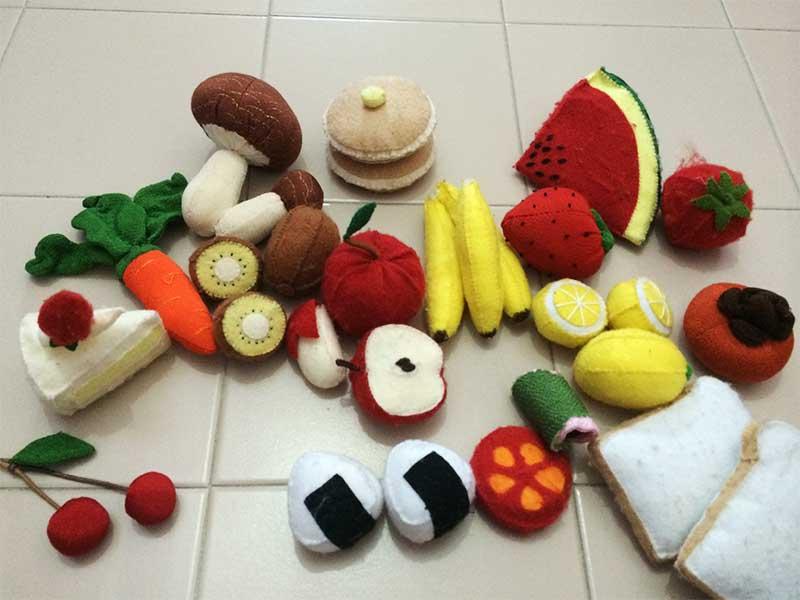 フェルトで作った果物や野菜やおにぎり