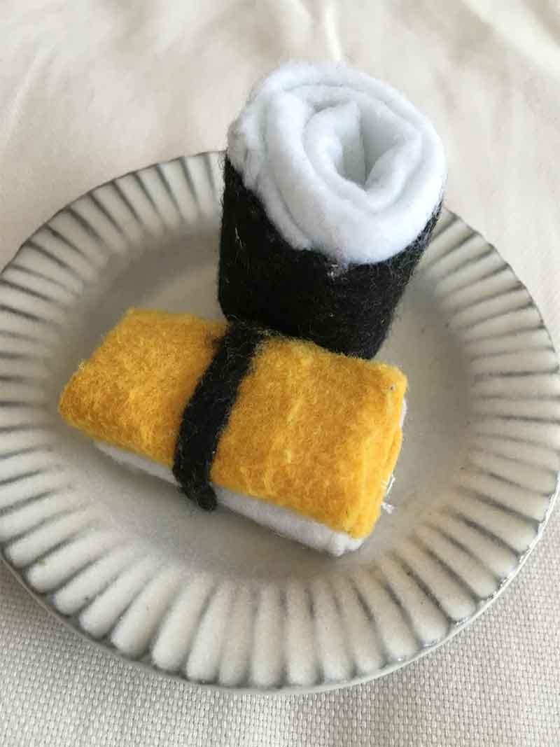 フェルトで作った納豆巻きと卵のお寿司
