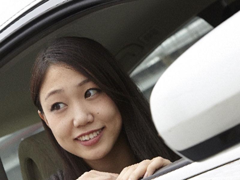 車に乗っている女性