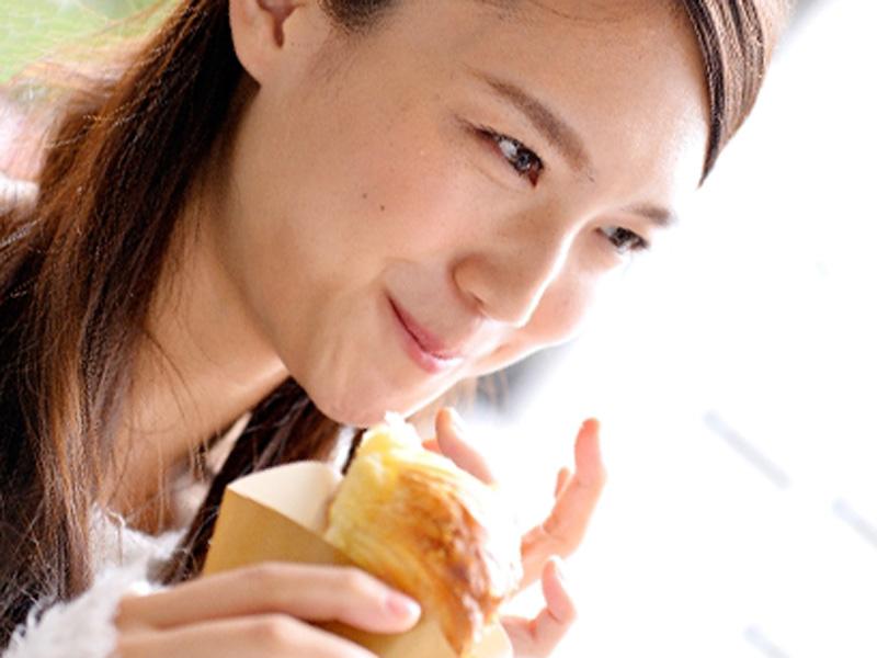 パンを食べている女性