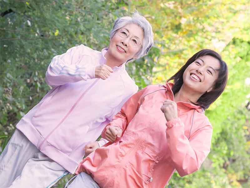 運動不足解消のためにウオーキングをしてる女性