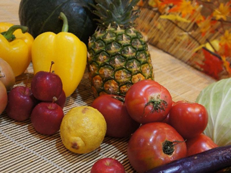 かごの中に果物と野菜が入っている