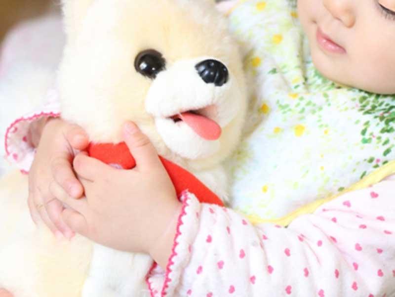 ぬいぐるみを抱っこしている子供
