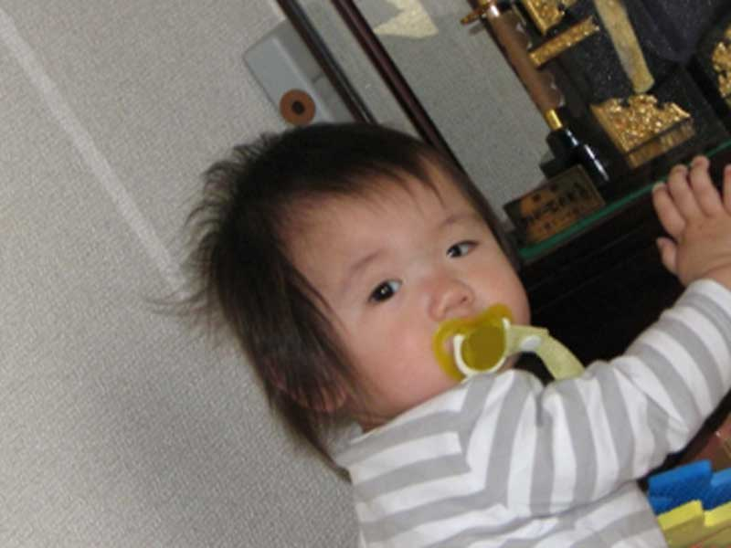 おしゃぶりをしている赤ちゃん