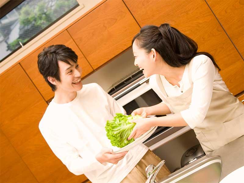 キッチンで仲良く料理してる夫婦