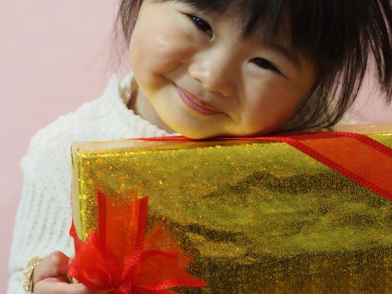 プレゼントもらって喜んでいる女の子