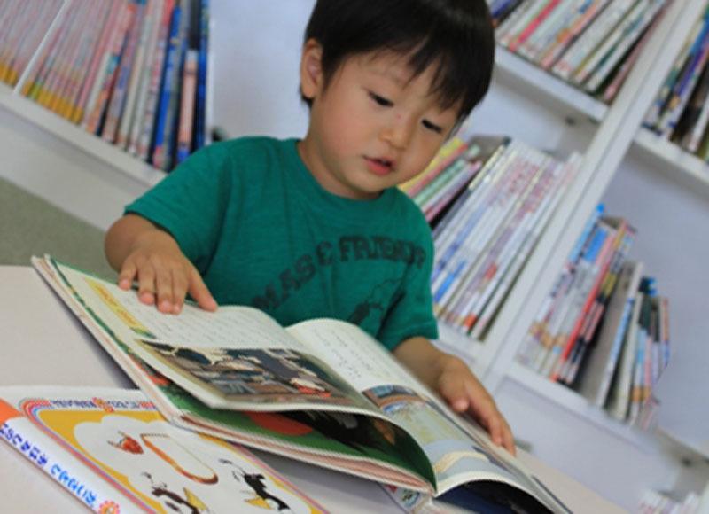 絵本を読んでる男の子