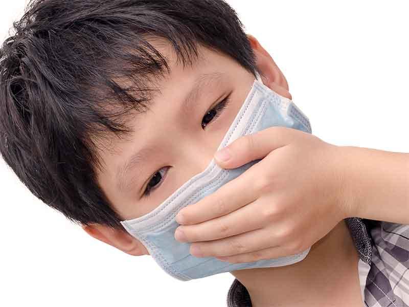 咳が止まらずにマスクをしてる男の子