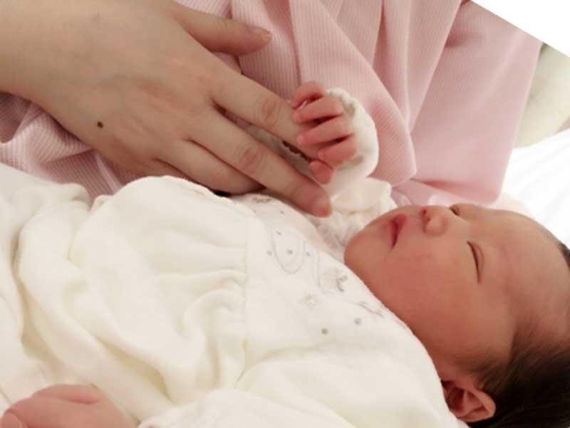 お母さんが生まれたばかりの赤ちゃんを抱っこしてる