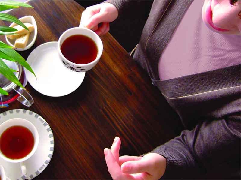 カフェでママ友に愚痴ってる女性
