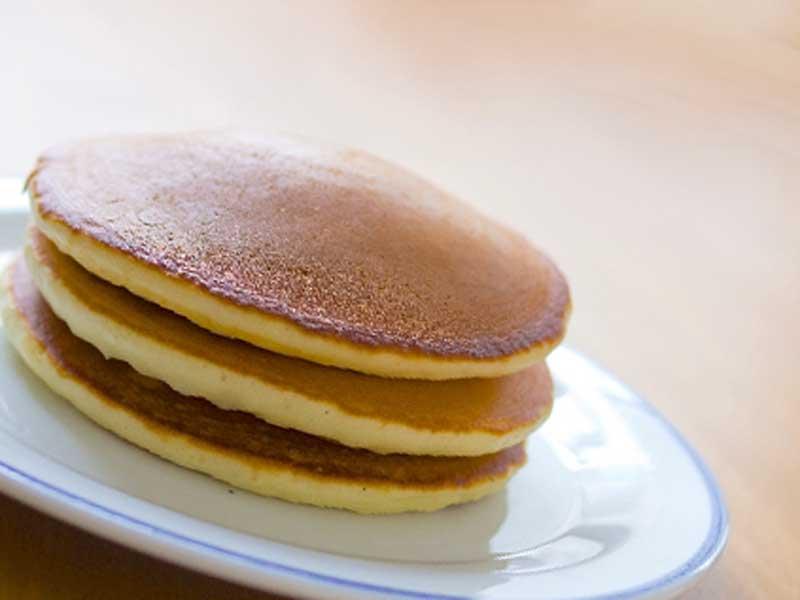 皿の上にパンケーキを載せている