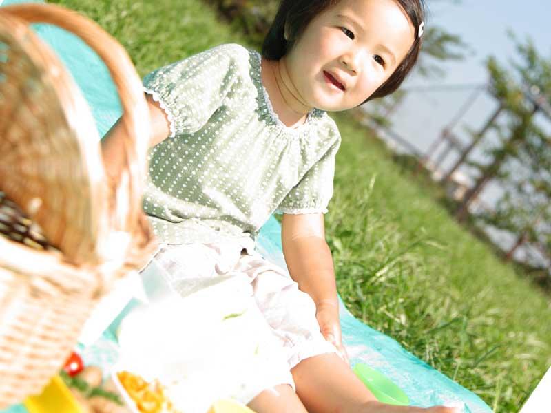 女の子が芝の上にいる