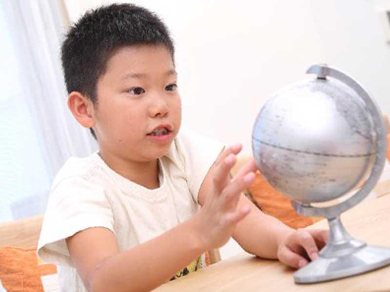地球儀を見る男の子