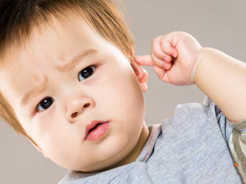 耳を触っている赤ちゃん