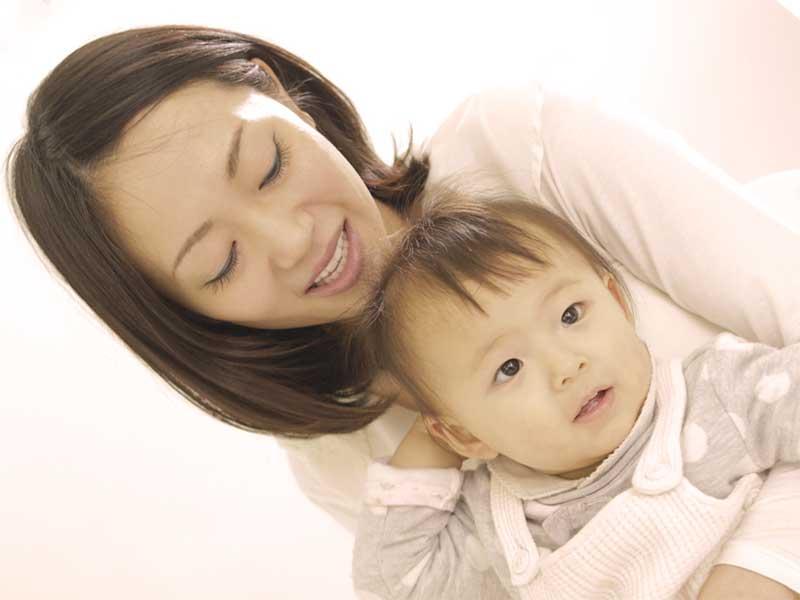 赤ちゃんを抱っこしてるママ