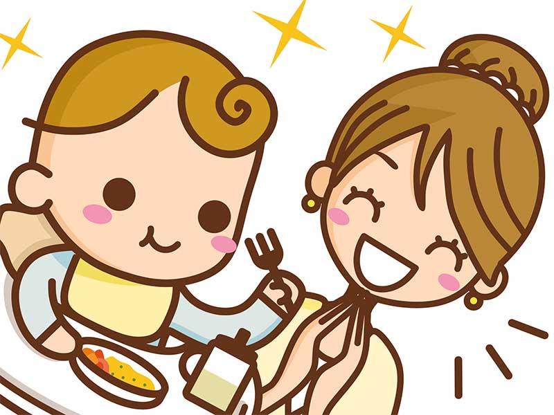 離乳食を食べてる赤ちゃんをそれを見守って笑顔のママのイラスト