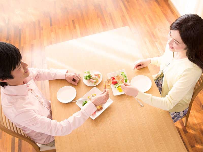 食事をしてる夫婦