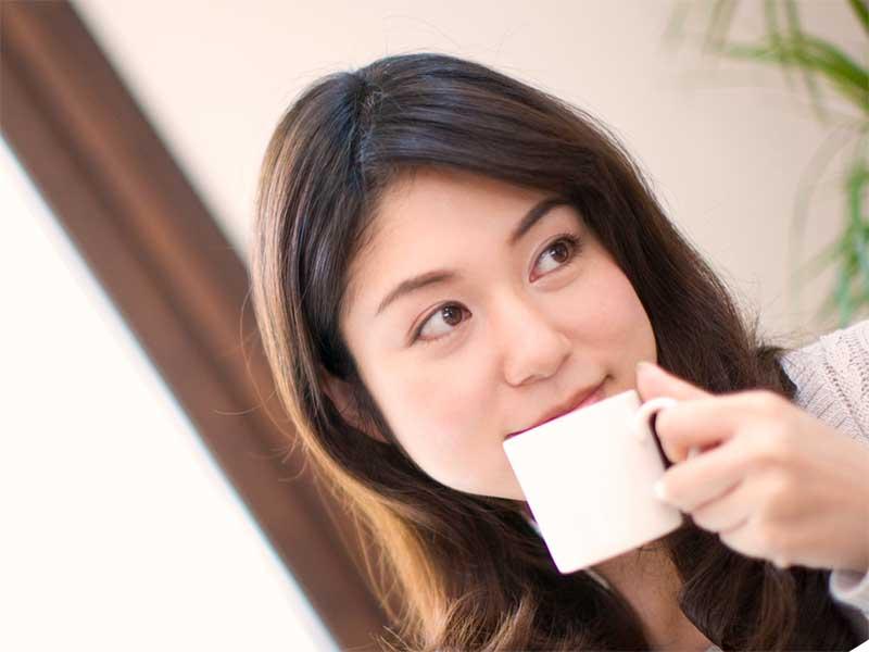 コーヒーを飲んでる女性