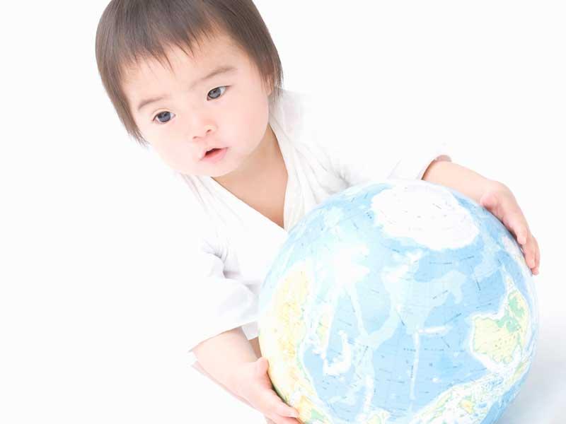 地球儀を持っている赤ちゃん