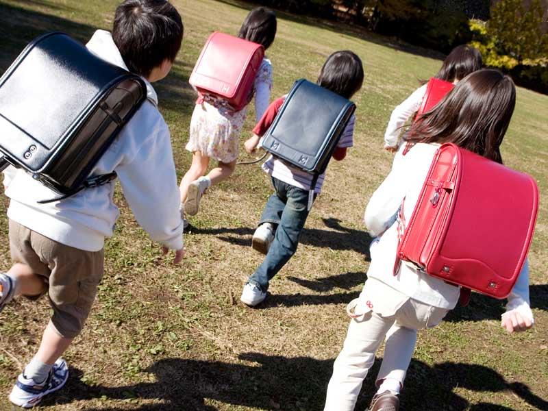 ランドセルを背負って走っている小学生