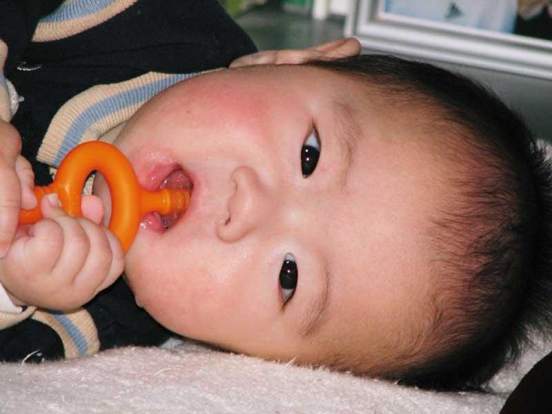 おもちゃを噛んでいる赤ちゃん